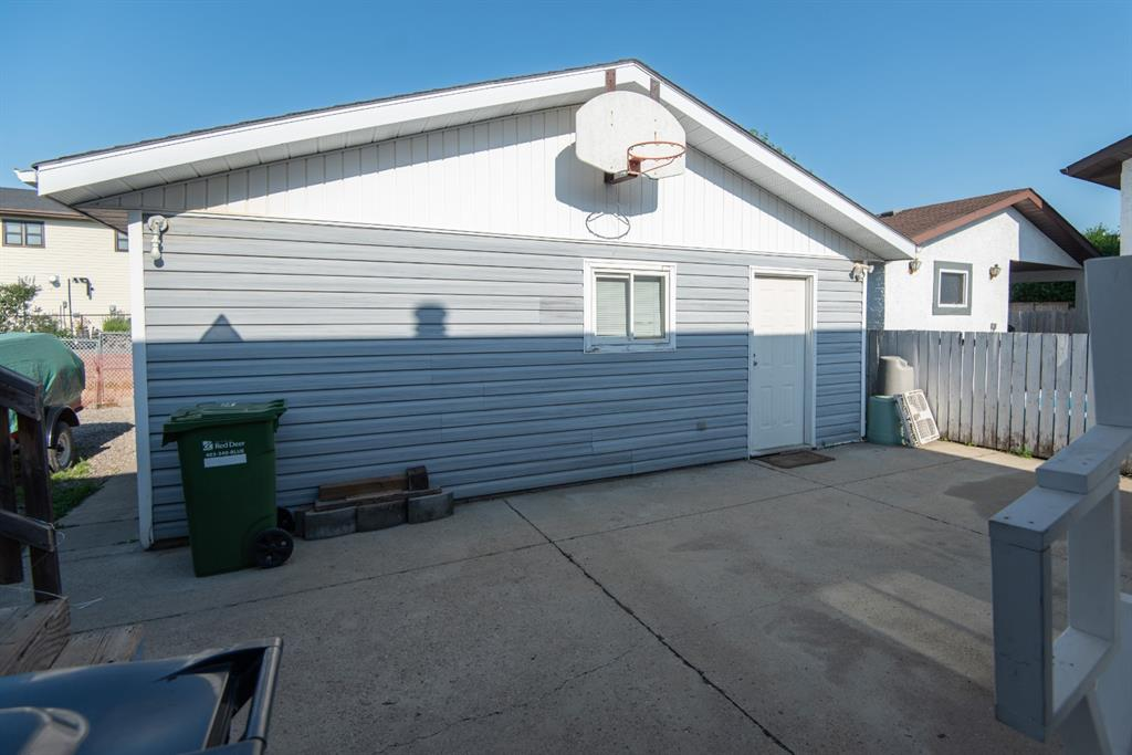 Large Garage with concrete area for projects