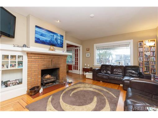 1646 Hollywood Cres - Vi Fairfield East Single Family Detached for sale, 4 Bedrooms (360082) #3