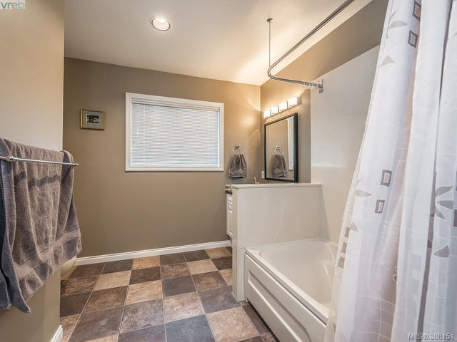 1742 Howroyd Ave - SE Mt Tolmie Single Family Detached for sale, 5 Bedrooms (388151) #8