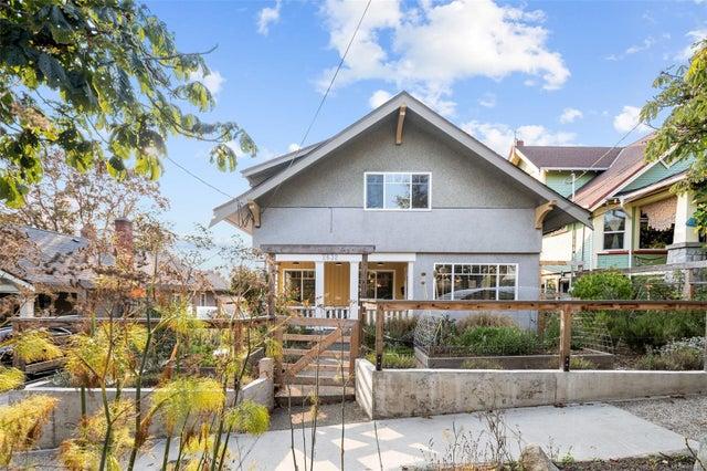 2632 Fernwood Rd - Vi Oaklands Full Duplex for sale, 5 Bedrooms (857173) #1